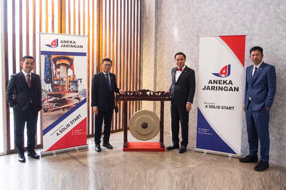 Aneka Jaringan执行董事陆建德(左起)、陈锦富、董事经理彭泽慧及执行董事张日瑞今日在吉隆坡出席上市活动。